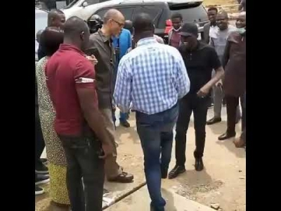 This is Serious ooo.... Coronavirus: Governor Sanwo-Olu adopts 'leg shake' with Deputy Governor Obafemi Hamzat during visit to Infectious Disease Hospital (video)